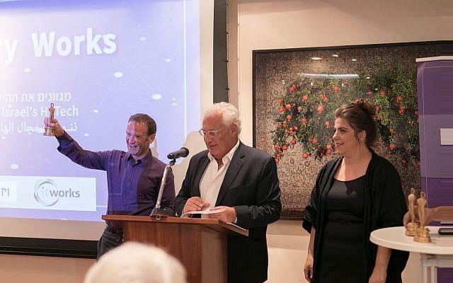 Neil Corney, directeur-général de Citibank Israel, reçoit le prix de la diversité de l'ambassadeur américain David Friedman, le 9 juillet 2018 (Crédit :  Yosi Moyal)