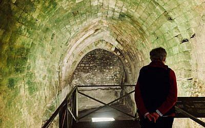 La soeur Celia Martin de Notre Dame de Sion dans la citerne souterraine du bâtiment d'Ecce homo, qui devait servir à fournir de l'eau à l'ancien  Temple il y a 2000 ans, le 3 janvier 2018 (Crédit :  Melanie Lidman/Times of Israel)