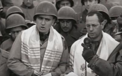 Max Fuchs (à gauche) a aidé à diriger un office religieux historique pour les soldats juifs américains à Aix-la-Chapelle, en Allemagne, en 1944. (Capture d'écran : YouTube via JTA)