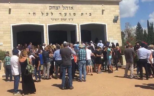 Des centaines de personnes lors des funérailles d'Eylon Shalev-Amsalem, 13 ans, tué par un chauffard ivre le 27 juillet 2018 (Capture d'écran : Kan News)
