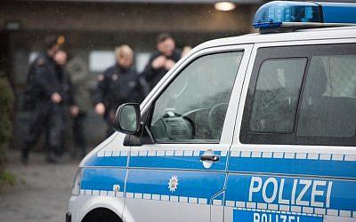illustration. Une voiture de police se tient devant un refuge pour réfugiés le 4 février 2016 à Attendorn après une descente au cours de laquelle un suspect a été arrêté. (Crédit : AFP / dpa / Bernd Thissen)