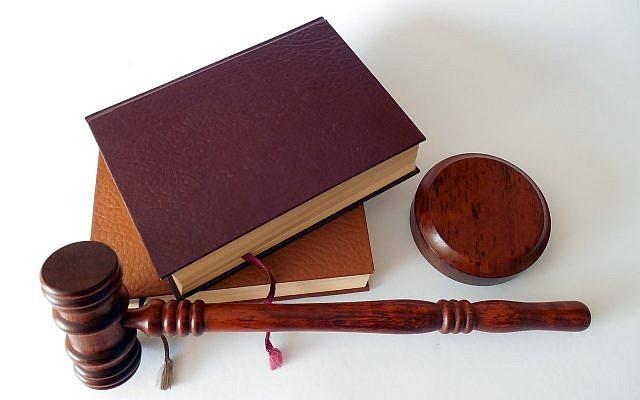 Illustration : des livres de droit et un marteau de juge. (Crédit : Pixabay)
