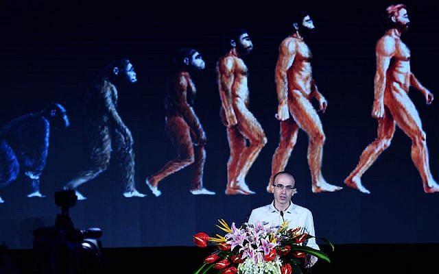L'historien israélien Yuval Noah Harari lors d'une conférence sur l'intelligence artificielle globale à Hangzhou, en Chine, le 9 juillet 2017 (Crédit : VCG/VCG via Getty Images, via JTA)