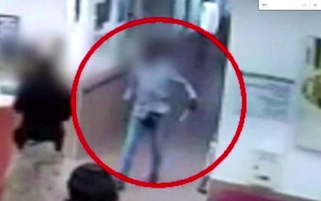 Des images d'une caméra de sécurité du centre médical Shmuel Harofe montre  Oshar Bakhit prenant le couteau avec lequel il a poignardé une infirmière Rachel Kovo. (Capture d'écran : YouTube)