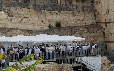 Une prière orthodoxe où hommes et femmes sont séparés sur la plateforme de prière pluraliste de l'arche de Robinson au mur Occidental, le 13 juillet 2018 (Autorisation )