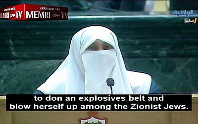 """La députée jordanienne Huda Etoom raconte au parlement le désir de sa mère d'être une kamikaze et de se faire exploser parmi les """"Juifs sionistes"""", le 17 juillet 2018 (Capture d'écran via MEMRI)"""