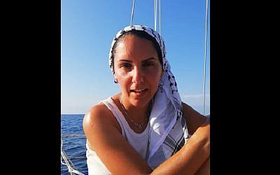 Une candidate au parlement suédois Oldoz Javidi, à bord d'un bateau qui vise à briser le blocus de Gaza. (Crédit : capture d'écran YouTube)