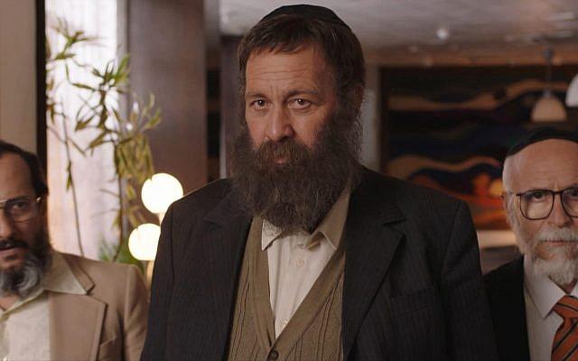 """Shuli Rand (au centre) dans le rôle de Yakov Cohen, et ses deux partenaires dans la fondation du parti Shas (romancés) dans le film """"The Unorthodox"""", présenté en première au festival du film de Jérusalem, le 26 juillet 2018 (Autorisation)"""