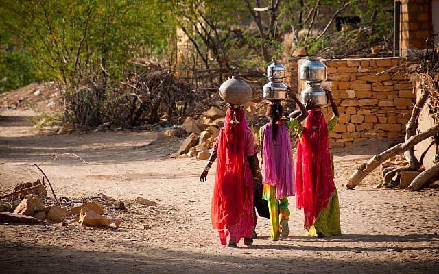 Photo d'illustration. Des femmes transportent de l'eau dans un village en Inde (Crédit : FrankCornfield; iStock by Getty Images)