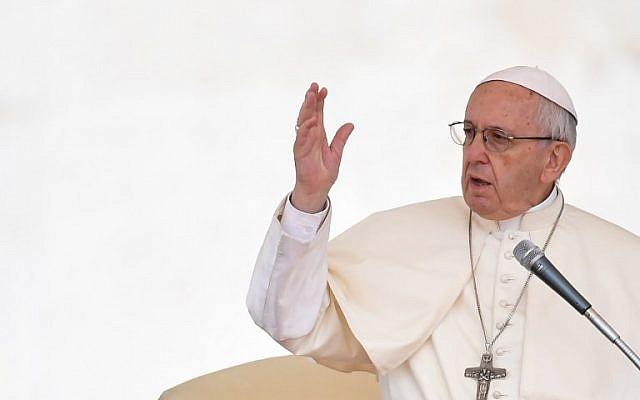 Le pape François s'adresse au public Place Saint Pierre, au Vatican, le 13 juin 2018. (Crédit : Andreas Solaro/AFP)