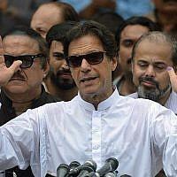 L'ancien joueur de cricket pakistanais devenu politicien Imran Khan du parti Tehreek-e-Insaf s'exprime devant les médias après avoir voté à  Islamabad durant les élections générales, le 25 juillet 2018. (Crédit : AFP Photo/Aamir Qureshi)