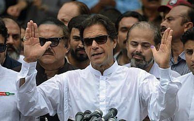 L'ancien joueur de cricket pakistanais devenu politicien Imran Khan du parti Tehreek-e-Insaf s'exprime devant les médias après avoir voté à  Islamabad durant les élections générales, le 25 juillet 2018 (Crédit : AFP Photo/Aamir Qureshi)