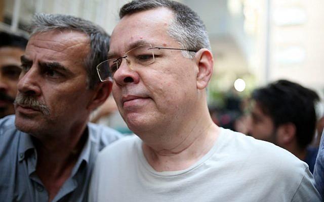 Le pasteur Craig Brunson, à droite, escorté par la police  turque lors de son arrivée à son domicile d'Izmir, le 25 juillet 2018 (Crédit :  AFP PHOTO / STRINGER