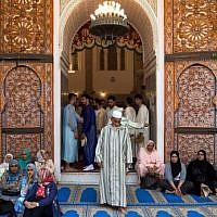 Les membres d'une confrérie soufie se rassemblent dans le mausolée de Moulay Idriss, fondateur de la première dynastie marocaine, dans la ville de Moulay Driss Zerhoun, dans la région de Meknes, au nord du Maroc, le 26 juillet 2018. (Crédit : AFP / FADEL SENNA)