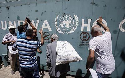 Des employés de l'Office de secours et de travaux de l'ONU pour les réfugiés palestiniens (UNRWA) et leurs familles protestent contre les disparitions de postes annoncées par l'agence aux abords de ses bureaux de gaza City, le 31 juillet 2018 (Crédit : AFP PHOTO / SAID KHATIB)