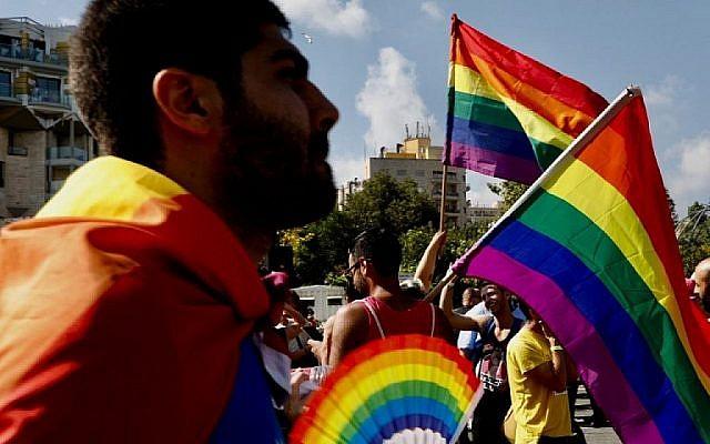 Les participants se rassemblent pour le défilé annuel de la gay pride à Jérusalem, le 2 août 2018. (Crédit : AFP / Gali TIBBON)