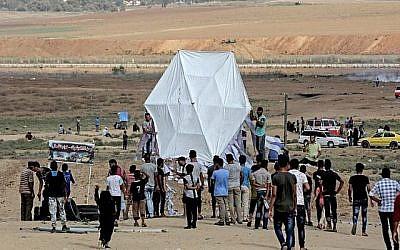 Les Palestiniens s'apprêtent à faire voler un cerf-volant près de la frontière de Gaza avec Israël, à l'est de Jabalia, le 3 août 2018. (AFP / MAHMUD HAMS)