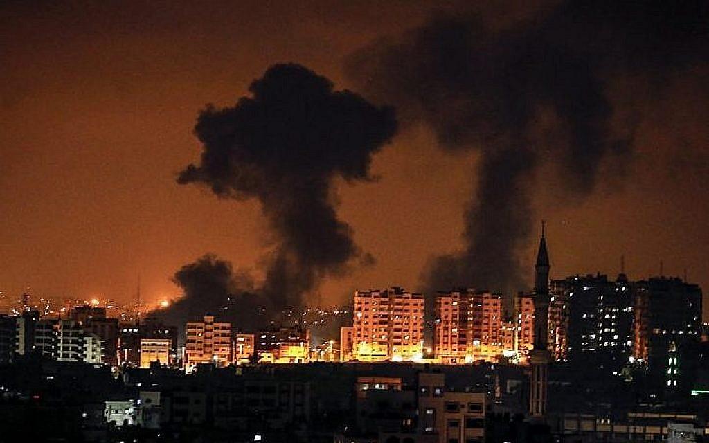 Une photo prise le 8 août 2018 à Gaza montre de la fumée suite à une frappe aérienne israélienne (AFP PHOTO / MAHMUD HAMS)