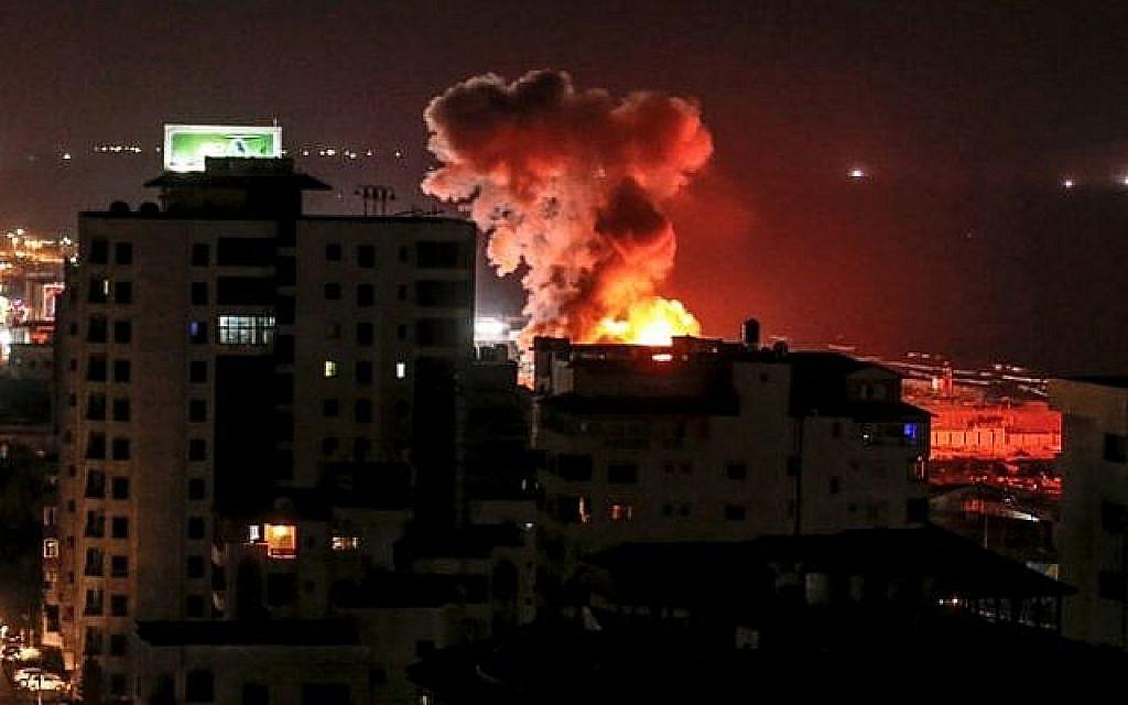 Une photo prise le 8 août 2018 dans la ville de Gaza montre de la fumée s'élevant après une frappe aérienne israélienne. (Crédit : AFP / MAHMUD HAMS)