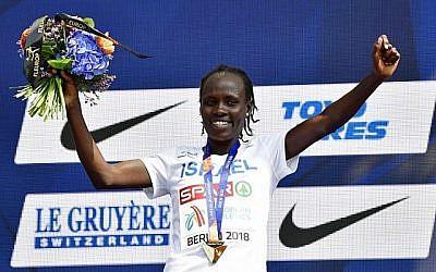 La gagnante israélienne Lonah Chemtai Salpeter sur le podium avec sa médaille lors de la cérémonie de remise des médailles du 10000m féminin lors des Championnats d'Europe d'athlétisme à Berlin le 9 août 2018. (AFP PHOTO / Tobias SCHWARZ)