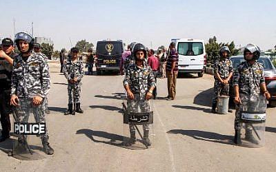 Illustration : des membres de la police égyptienne, autour du corps d'un kamikaze, le 11 août 2018. (Crédit : AFP/STRINGER)