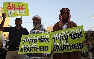 Les Arabes israéliens durant une manifestation de protestation contre la loi sur l'Etat-nation le 11 août à Tel Aviv (Crédit : AFP/ Ahmad GHARABLI)