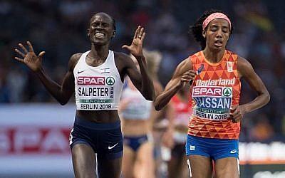 L'Israélienne Lonah Chemtai Salpeter (à gauche), pensant que la course était finie, à ses côtés Sifan Hassan, des Pays-Bas, alors qu'un tour restait à faire lors de la finale du 5000m féminin aux championnats d'Europe d'athlétisme au stade olympique de Berlin le 12 août 2018. (AFP PHOTO / DPA / Sven Hoppe)