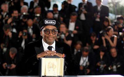 Le réalisateur de BlacKkKlansman, Spike Lee, après avoir reçu le Grand Prix pour son film, au Festival de Cannes, le 19 mai 2018. (Crédit : AFP / Loic VENANCE)
