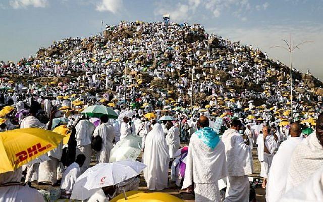 Des milliers  de pèlerins rassemblés sur le Mont Arafat, à La Mecque à l'occasion du Hajj, le 20 août 2018. (Crédit : AFP/ AHMAD AL-RUBAYE)
