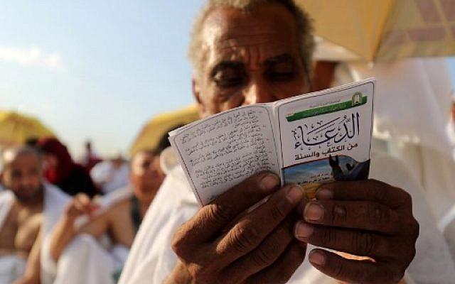 Un pèlerin musulman prie sur le Mont Arafat, à La Mecque à l'occasion du Hajj, le 20 août 2018. (Crédit : AFP/ AHMAD AL-RUBAYE)