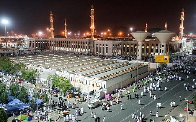 Des milliers  de pèlerins rassemblés à la msquée Namirah, près du Mont Arafat, à La Mecque à l'occasion du Hajj, le 20 août 2018. (Crédit : AFP/ AHMAD AL-RUBAYE)