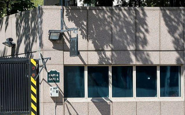 Un impact de balle visible sur la fenêtre de l'ambassade américaine à Ankara, le 20 août 2018. (Crédit : AFP/ STR)