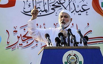 Le chef du Hamas Ismail Haniyeh pendant un discours au premier jour de l'Aid al-Adha à Gaza, le 21 août 2018. (Crédit : AFP Photo/Anas Baba)