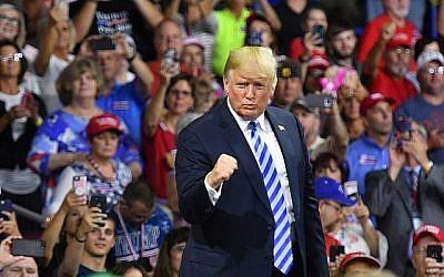 Le président américain Donald Trump salue ses partisans après avoir pris la parole lors d'un rassemblement politique au Charleston Civic Center à Charleston, en Virginie-Occidentale, le 21 août 2018. (AFP/Mandel Ngan)