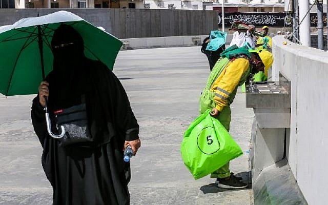 Des employés ramassent les déchets pendant le hajj, pèlerinage annuel à la Mecque, le 22 août 2018. (Crédit : AFP/ AHMAD AL-RUBAYE)