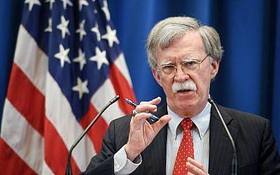 Le conseiller à la sécurité nationale John Bolton donne une conférence de presse après une réunion avec son homologue turc à la mission américaine de Genève, le 23 août 2018 (Crédit : AFP Photo/Fabrice Coffrini)