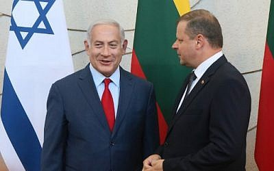 Le Premier ministre israélien Benjamin Netanyahu, à gauche, et son homologue lituanien Saulius Skvernelis lors d'une conférence de presse à Vilnius, en Lituanie, le 23 août 2018 (Crédit : AFP/ Petras Malukas)