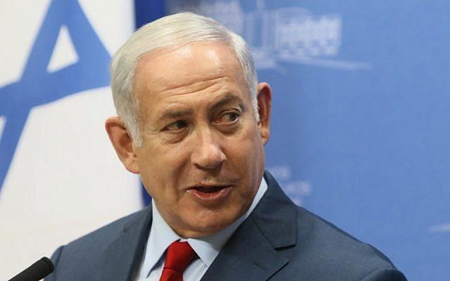 La Premier ministre israélien Benjamin Netanyahu lors d'une conférence de presse à Vilnius, en Lituanie, le 23 août 2018 (Crédit : AFP PHOTO / Petras Malukas)
