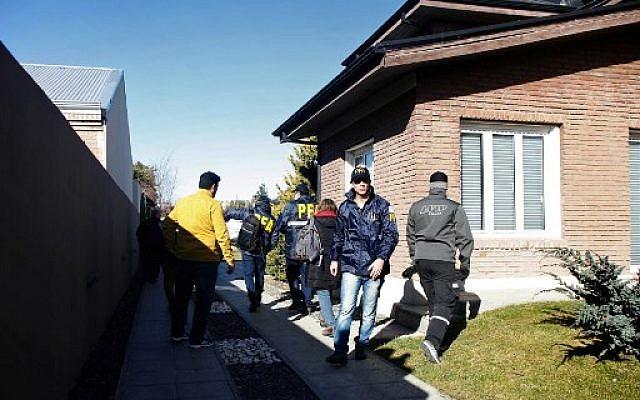 La police fédérale argentine procède à un raid au domicile de l'ancienne présidente argentine et actuelle sénatrice Cristina Fernandez de Kirchner à Rio Gallegos, dans la province de Santa Cruz Province, au sud de l'Argentine, le 23 août 2018. (Crédit : AFP/ Walter Diaz)