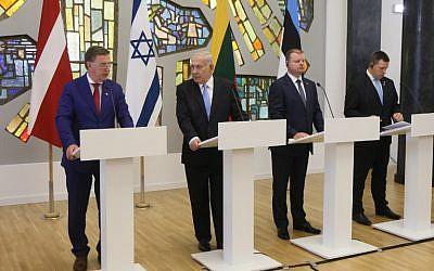 De gauche à droite : le Premier ministre letton, le Premier ministre israélien Benjamin Netanyahu,  le Premier ministre lituanien Saulius Skvernelis et le Premier ministre estonien Juri Ratas, durant une conférence de presse conjointe  à Vilnius,le 24 août 2018. (Crédit : AFP / Petras Malukas)