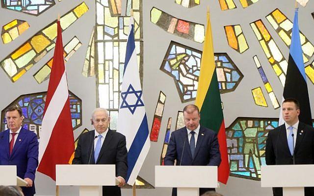 De gauche à droite, le Premier ministre de Lettonie,  Maris Kucinskis, le Premier ministre israélien Benjamin Netanyahu, le Premier ministre de Lituanie  Saulius Skvernelis et le Premier ministre d'Estonie Juri Ratas, lors d'une conférence de presse conjointe suite à une réunion à Vilnius, le 24 août 2018 (Crédit : / AFP PHOTO / Petras Malukas)