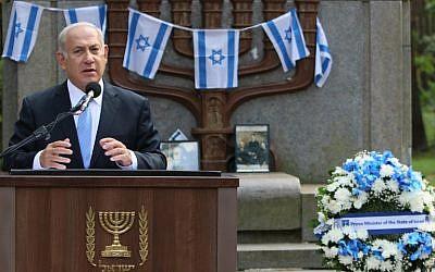 Le Premier ministre Benjamin Netanyahu  s'exprime durant une cérémonie de commémoration au mémorial de la Shoah de  Paneriai, près de Vilnius, le 24 août 2018 (Crédit : AFP PHOTO / Petras Malukas)