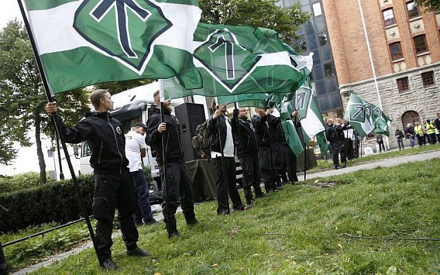 Des militants de l'organisation néonazie Mouvement de résistance nordique lors d'une manifestation sur la place Kungsholmstorg à Stockholm, en Suède, le 25 août 2018 (Crédit : AFP/ TT News Agency / Fredrik Persson)