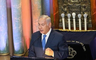 Benjamin Netanyahu à la synagogue chorale de Vilnius, le 26 août 2018. (Crédit : AFP/ Petras Malukas)
