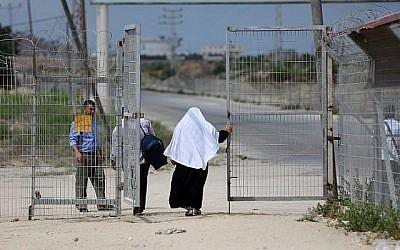 Des Palestiniens sont vus au point de passage d'Erez avec Israël près de Beit Hanoun dans le nord de la bande de Gaza le 27 août 2018. (AFP/MAHMUD HAMS)