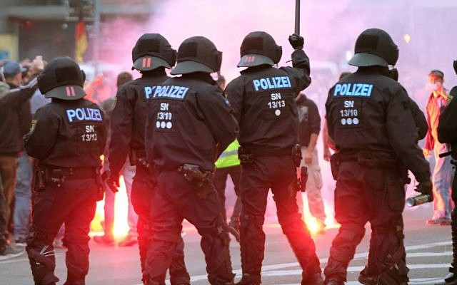 """La police anti-émeutes affronte des manifestants de droite le 27 août 2018 à Chemnitz, dans l'est de l'Allemagne, après la mort d'un ressortissant allemand âgé de 35 ans, décédé à l'hôpital après un """"conflit entre plusieurs nationalités"""". (Crédit : AFP / dpa / Sebastian Willnow)"""