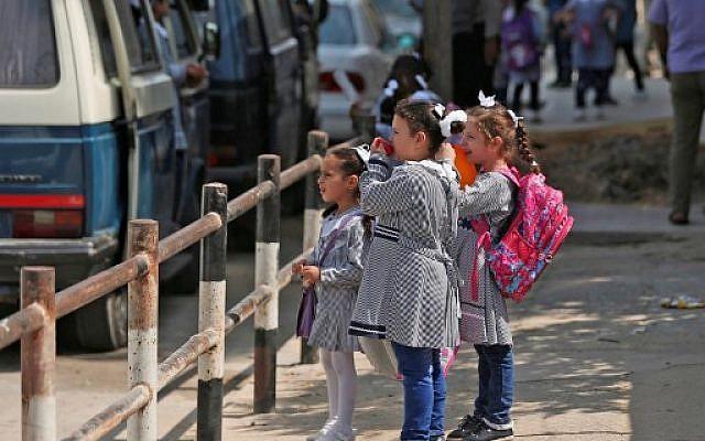 Des élèves rassemblés devant une école de l'ONU à Gaza City, le 29 août 2019. (Crédit :  AFP / Mahmud Hams)