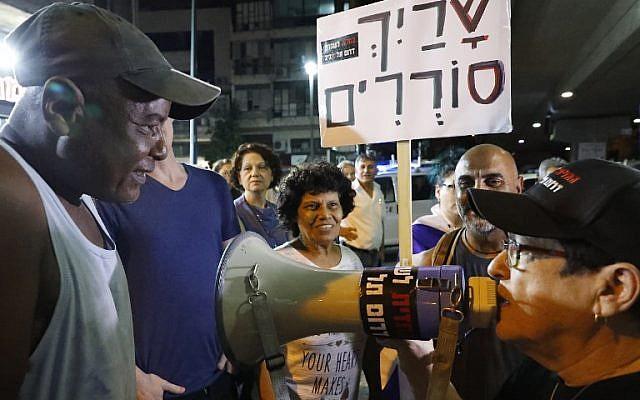Les résidents du sud de Tel Aviv protestent contre le fait que le gouvernement n'a pas réussi à expulser des dizaines de milliers de réfugiés et de demandeurs d'asile africains des quartiers pauvres de la ville, le 30 août 2018. (AFP/Jack Guez)