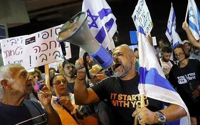 Les résidents du district sud de la ville israélienne de Tel Aviv protestent contre la présence de réfugiés et de demandeurs d'asile africains le 30 août 2018. (AFP / JACK GUEZ)