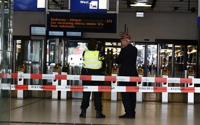 La gare centrale d'Amsterdam bouclée après une attaque au couteau, le 31 août 2018. (Crédit : AFP PHOTO / ANP / Remko de Waal / Netherlands OUT)